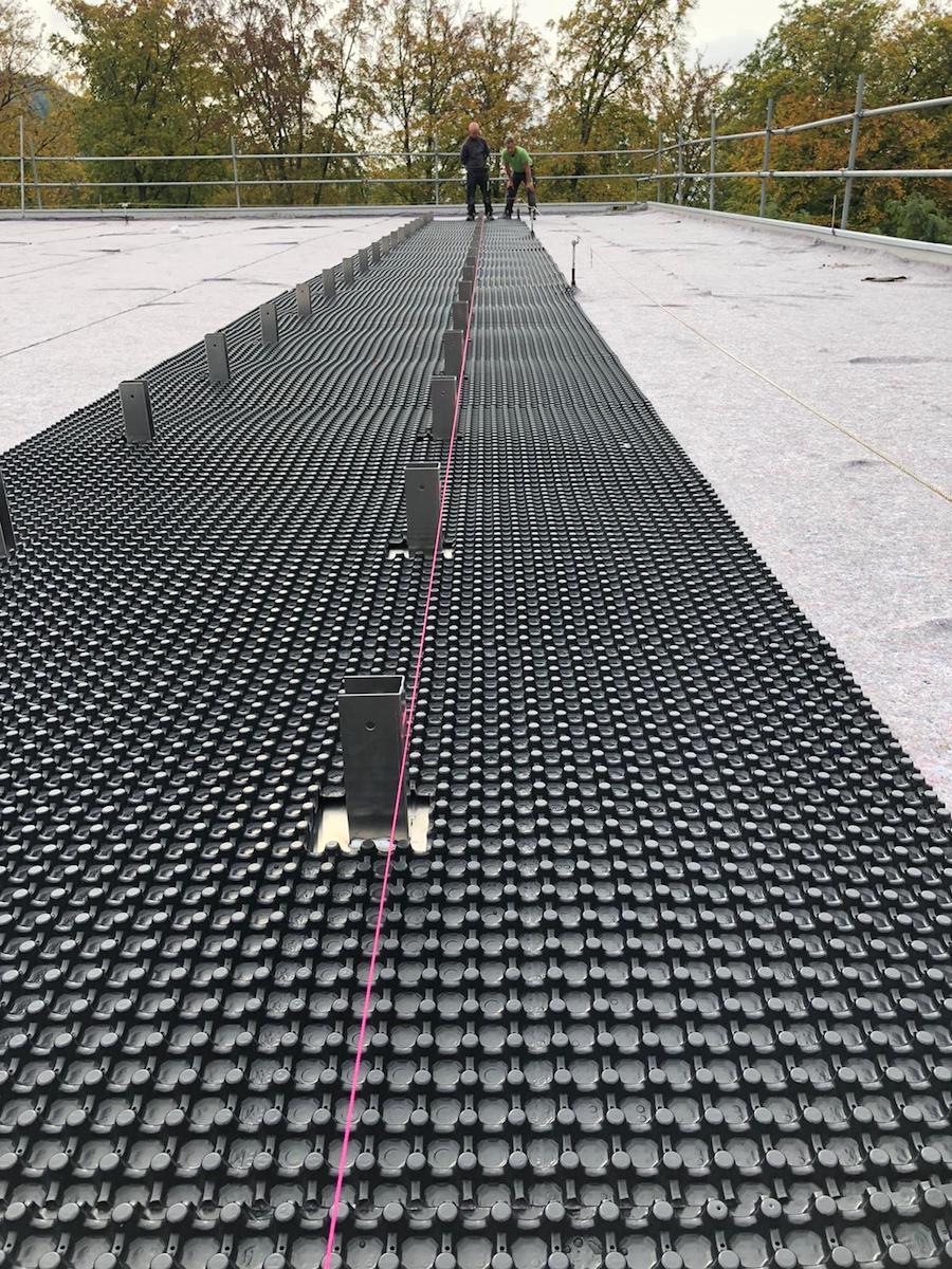 Verlegung Optigrün Solaraufständerung und Optigrün Drän- und Wasserspeicherelemente