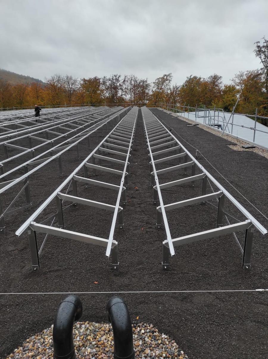Solaraufständerung OPTIGRÜN-SOLAR FKD eingebaut und mit Substrat ballastiert
